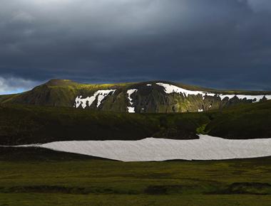 """<span class=""""BlurbAthinaPhoto""""><i class=""""fa fa-camera""""></i></span><br />Lauvegurinn / Islande"""
